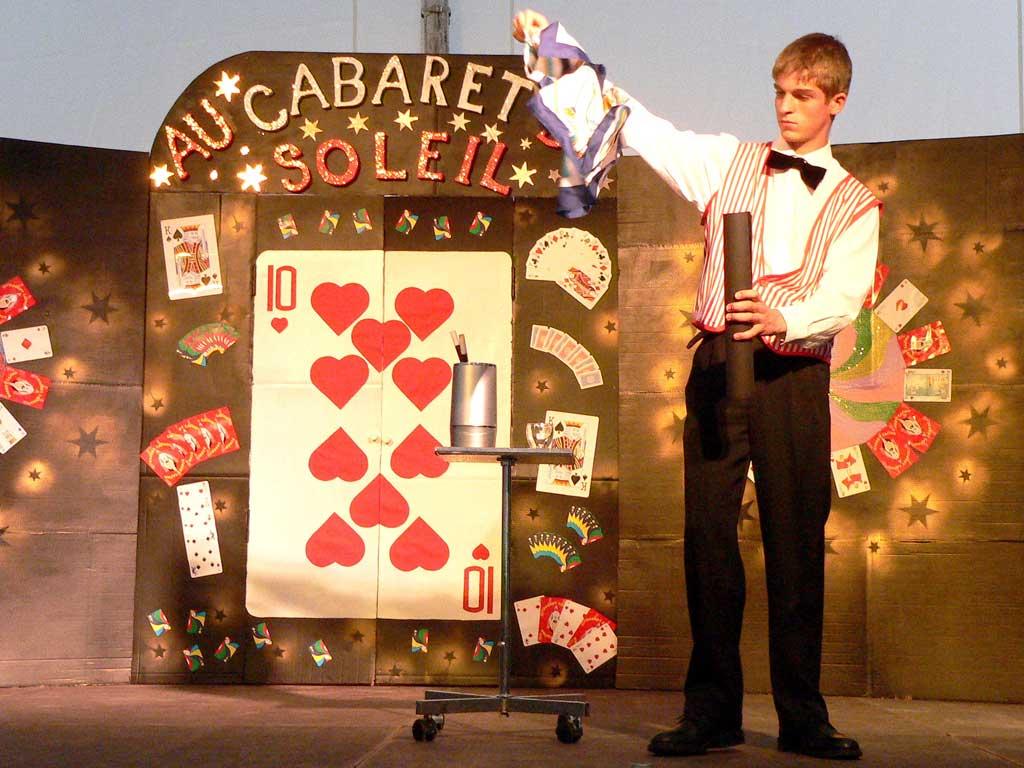 Numéro d'apparition de foulards au Cabaret du Soleil - Magie adaptée - Cercle Magique d'Alsace