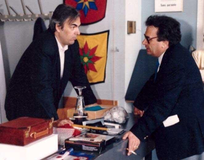 Sur cette photo on voit Domenico Dante sur son stand en compagnie de Jean-Pierre Hornecker. Signalons ici que Domenico Dante est devenu président de la FISM, organisme supranational qui organise tous les 4 ans un congrès mondial de la Magie.