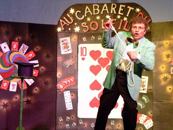 Joël Ragot sur la scène du Cabaret du Soleil.