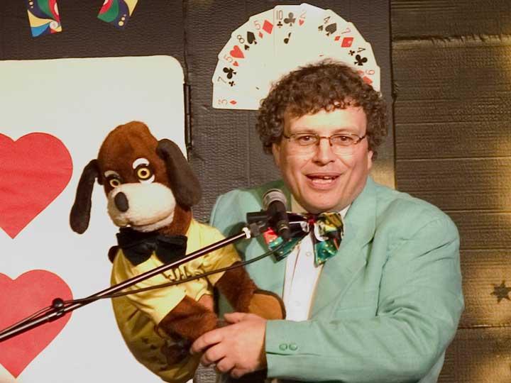 Joël Ragot, le magicien qui parlait aux animaux, et sa mascotte.