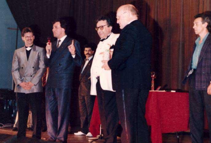 Le Président du cercle allemand, puis Francy Tabary, Jean-Pierre Hornecker en veste blanche, Armand Lapp et tout à droite l'ami Denis Barthel durant la cérémonie de remise des prix.
