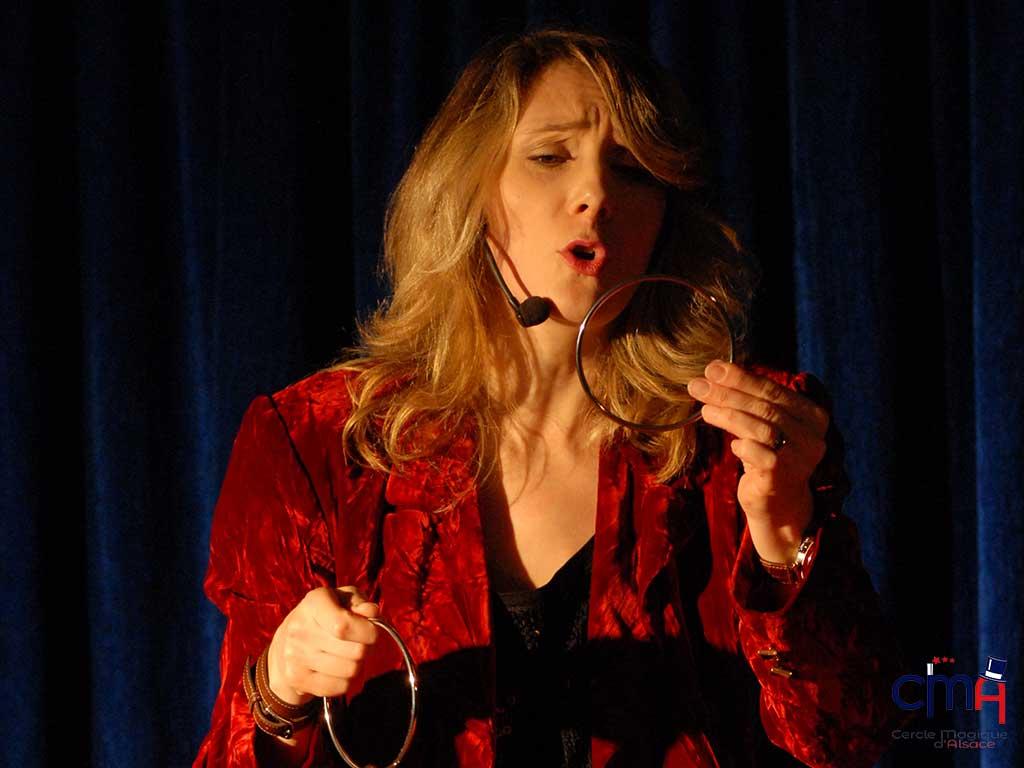 Alexandra Duvivier en 2016 lors d'une conférence au Cercle Magique d'Alsace.